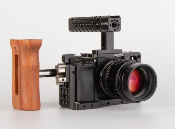 PVC bakgrund vit med Sony Kamera och SmallRig handtag och rig
